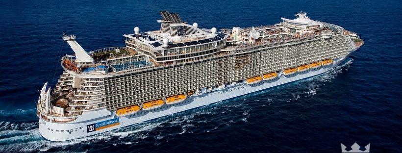 Le navire Allure of the Seas naviguant en pleine mer