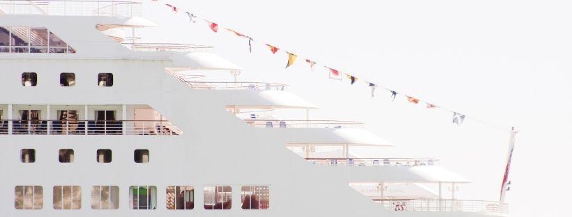 L'avant d'un bateau avec les drapeaux etrangers