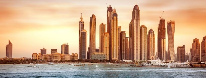 La ville de Dubaï et ses gratte-ciel vu depuis le golfe persique