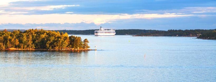 Un bateau de croisière en arrière plan sur la mer baltique