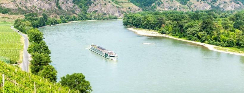 Vue sur le fleuve du Danube avec bateau
