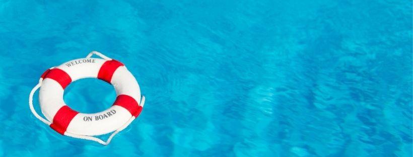 bouée de sauvetage rouge et blanche sur la mer bleu