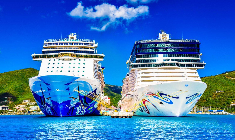 Deux bateaux de croisière côte à côte à quai