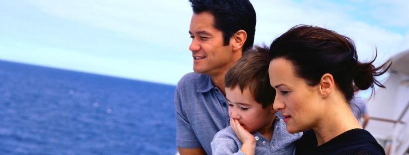 Famille regardant la mer sur un bateau de croisiere