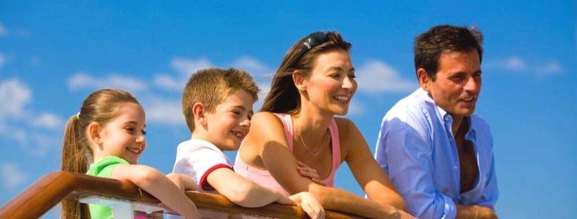 Une famille qui regardent la mer à la barre du bateau