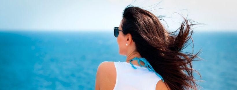 Une personne sur un bateau de croisière regardant au loin