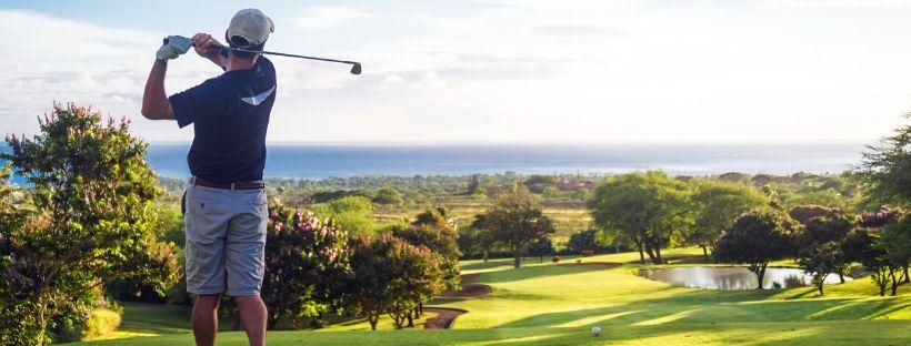 Golfeur swinguant sur le green