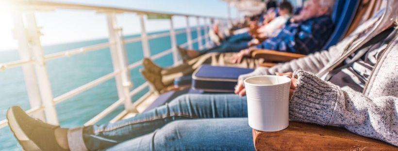 Des croisiéristes se détendant à bord d'un bateau de croisière