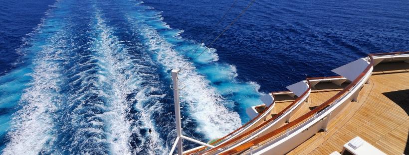 Vue sur arrière d'un bateau de croisière naviguant