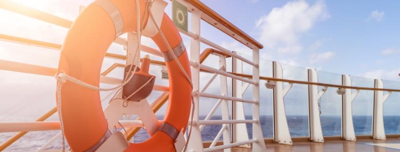Bouée orange sur pont d'un bateau