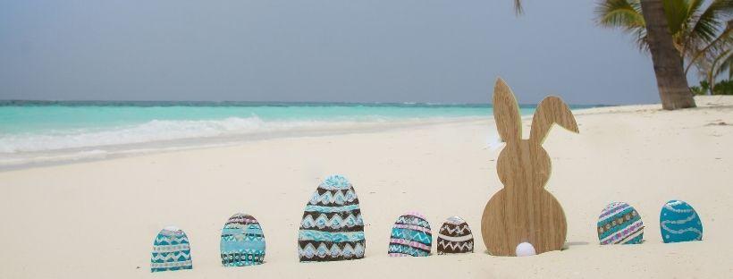 Œufs de pâques sur la plage