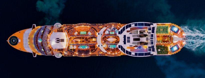 Vue aérienne du navire d'un navire de croisière de la compagnie RCI