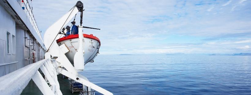 Côté d'un navire avec canot de sauvetage