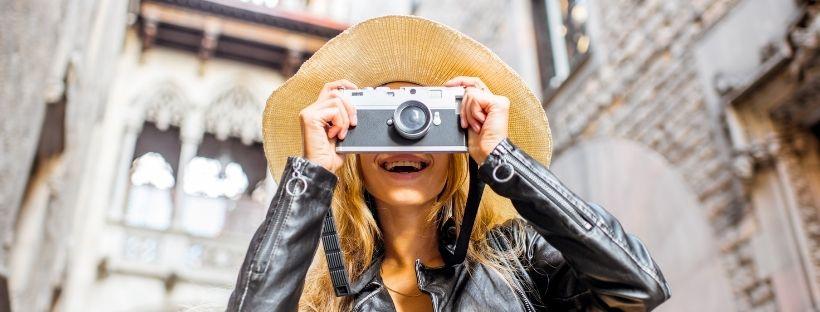 Touriste femme qui sourit et prend en photo quelque chose