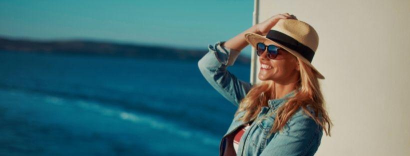 Femme sur le pont d'un bateau qui regarde la mer