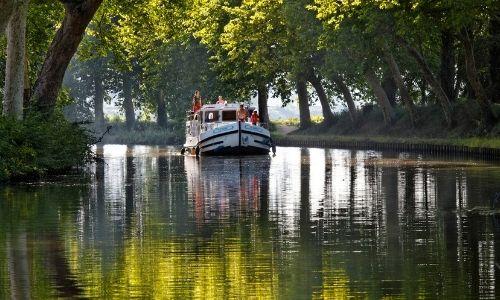 pénichette au coeur de la nature sur un canal