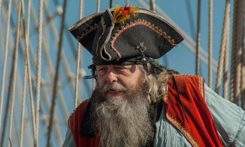 Photo d'un homme déguisé en pirate