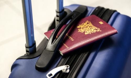 Passeport posé sur une valise