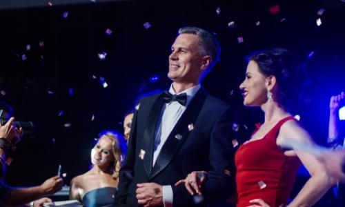 Homme et femme en tenues élégantes lors d'une soirée