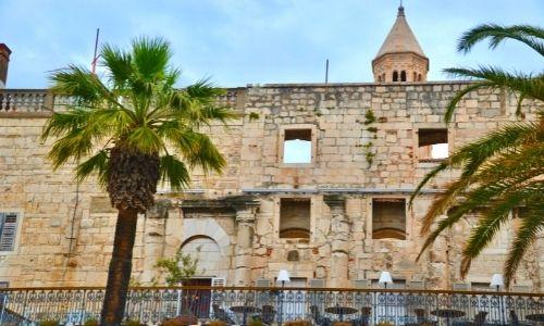 Le devant du palais de Doclétien à Split en Croatie
