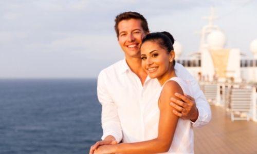 Couple heureux qui voyage sur un bateau, sur le pont supérieur