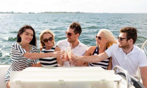 Groupe d'amis trinquant au champagne en croisière