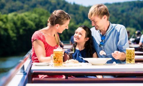 Famille déjeunant durant sa croisière