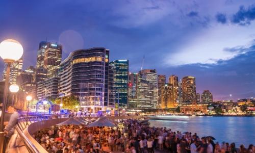 Ville de Sydney en Australie, avec touristes profitant de leur soirée, buildings en arrière plan