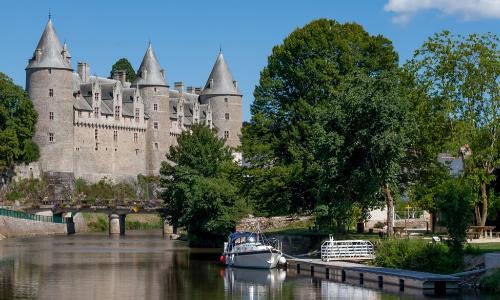 Château sur les rives d'un canal