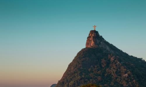 Vue au loin sur le mont du Corcovado à Rio de Janeiro au Brésil avec la statue du Christ Rédempteur à son sommet