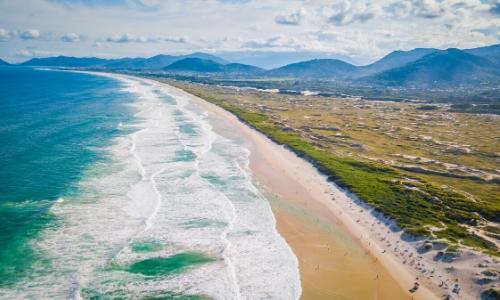 Vue aérienne sur la vaste plage de Joaquina à Florianopolis au Brésil
