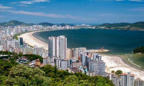 Ville de Santos au Brésil, en bord de mer avec plages et habitations