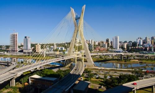 Vue aérienne sur le viaduc de Sao Paulo traversant la ville de part et d'autre avec buildings