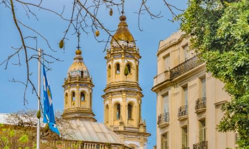 Vue en gros plan sur l'architecture particulière du quartier San Telmo à Buenos Aires, architecture plutôt traditionnelle