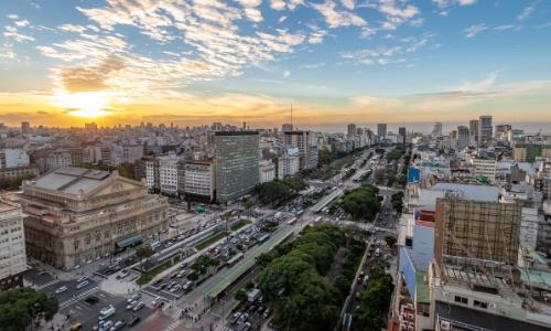 Vue en hauteur sur l'Avenido 9 de Julio, la plus grande et plus large avenue du monde