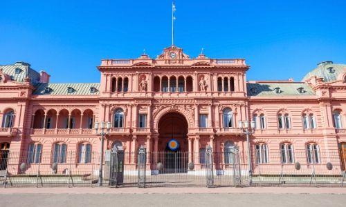 Vue sur la façade de la Casa Rosada à Buenos Aires
