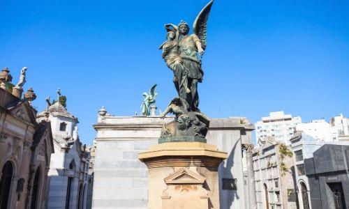 Statue et tombes dans le cimetière de la Recoleta