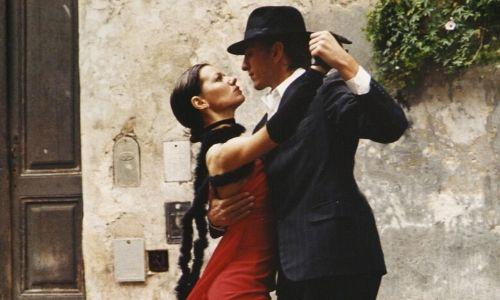 Couple dansant le tango dans les rues de Buenos Aires