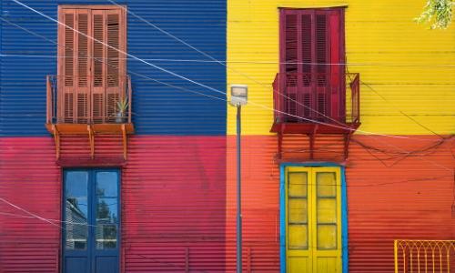 Vue sur une façade colorée, avec 4 couleurs différentes à Buenos Aires