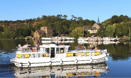 bateau de la gamme classique de l'armateur les Canalous sur un canal