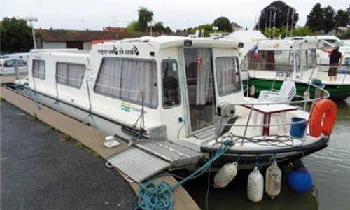 bateau Les Canalous, de la flotte access à quai dans un port