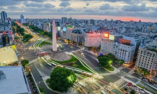 Centre ville de Buenos Aires avec grande avenue centrale avec monument, habitations, buildings