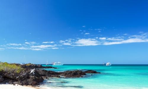 Eaux limpides avec bateaux sur l'eau, ciel bleu et rochers