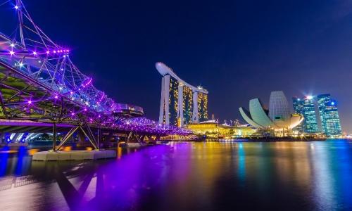 Singapour de nuit avec buildings et pont, Marina Bay