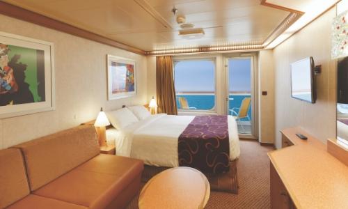 Intérieur d'une cabine extérieure avec balcon, grand lit double, canapé, bureau, spacieux