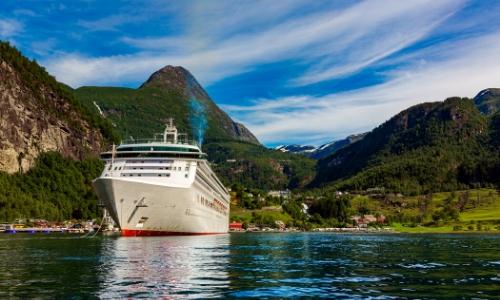 Paquebot naviguant dans un fjord, Norvège, avec verdure