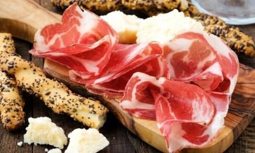 Charcuterie Corse avec fromage et gressins