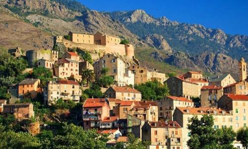 Village perché de Corte avec habitations en hauteur