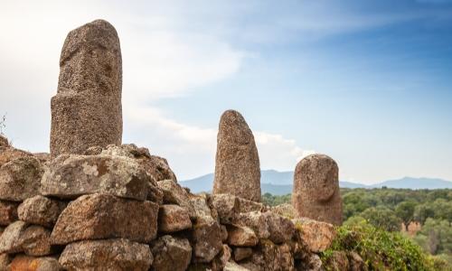 Site archéologique de Filitosa, murs avec statues-menhirs avec visages