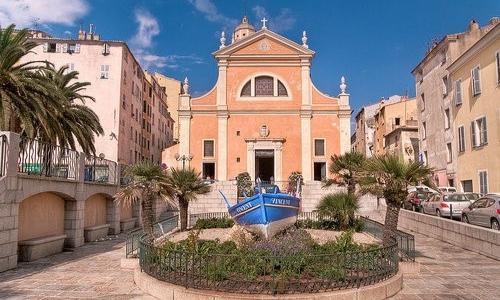 Photo de la façade de la Cathédrale d'Ajaccio en plein coeur de la ville